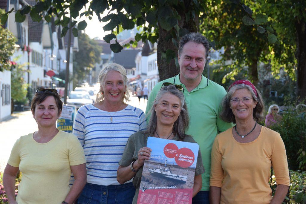 Cora Richardsen (Vorstand), Solveig Grundler (Vorstand), Stephanie Millonig, Dirk Kaufmann und Katja Holler stehen am Untermüllerplatz und halten das Plakat für den 1. Dießener Klimatag hoch.